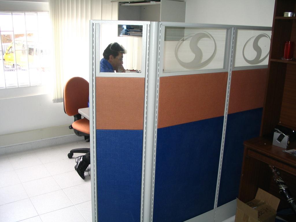 Paneles divisiones media altura oficinas tapizado pa o vidrio bogota colombia muebles para - Paneles divisorios para oficinas ...
