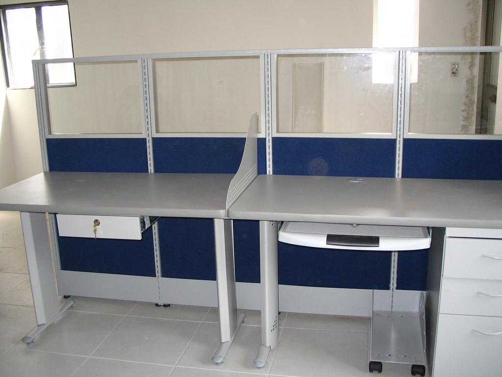 Paneles divisiones sillas bogot mesas trabajo modulos for Modulos para oficina