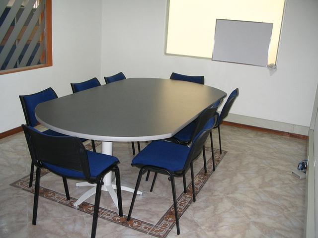 Muebles sala de juntas extremos redondeados for Sillas para sala de juntas
