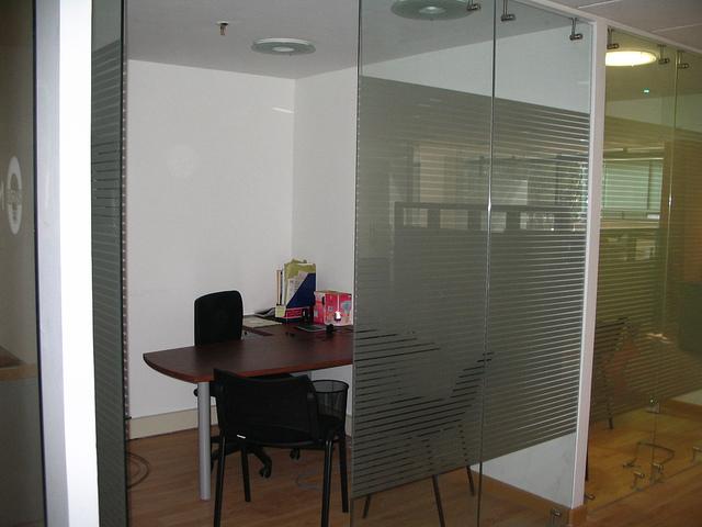 Muebles para oficina divisiones piso techo vidrio pelicula for Muebles de oficina vidrio