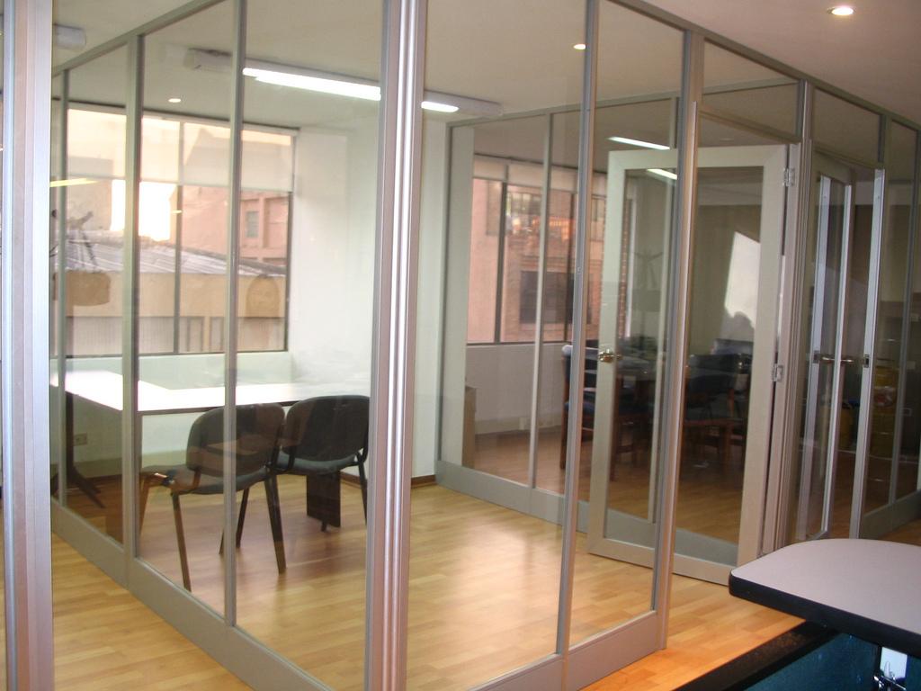 Divisiones oficina piso techo vidrio transparente for Paredes de cristal para oficinas